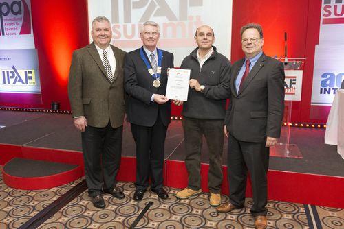 Paolo Vismara riceve l'attestato di certificazione Rental Plus durante il Summit IPAF 2014 a Windsor (UK)