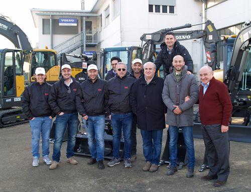 Alcuni collaboratori Esi e Carmi durante la consegna delle macchine Volvo CE