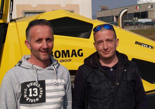 Narciso Tononi (a sin) socio della Tononi Gian Maria e Figli e operatore del rullo Bomag, con Morris Entrade di Maren