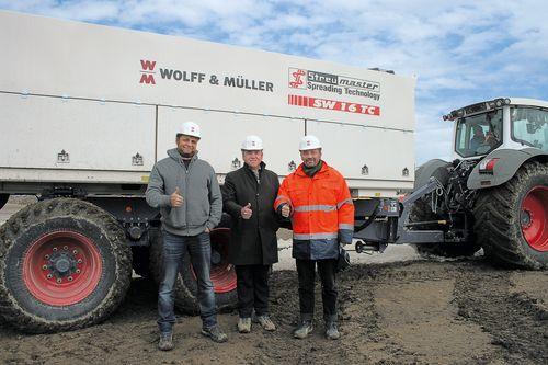 Il supervisore dei lavori Philip Kircher (a sinistra) e il capo filiale Ingolf Klärle (al centro) della Wolff & Müller con Christian Goralczyk della Wirtgen Augsburg.