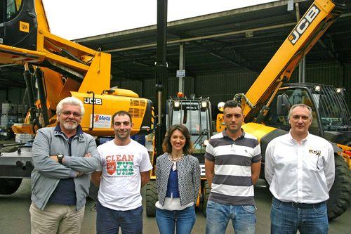 Nella foto, da sinistra: Massimo Colombo (Area Manager META) Simone Zorzan (Amministratore unico C.R.), Elisa Taini (Direzione Commerciale META), Giuseppe Bosco (Direttore impianto C.R.), Carlo Biella (JCB Product Manager).