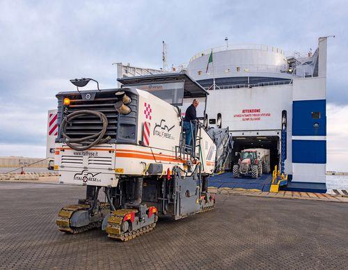 Le macchine vengono caricate sul traghetto