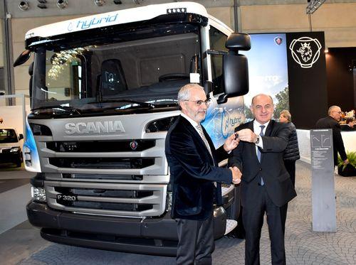 Franco Fenoglio (a destra) consegna le chiavi del veicolo a Furio Fabbri