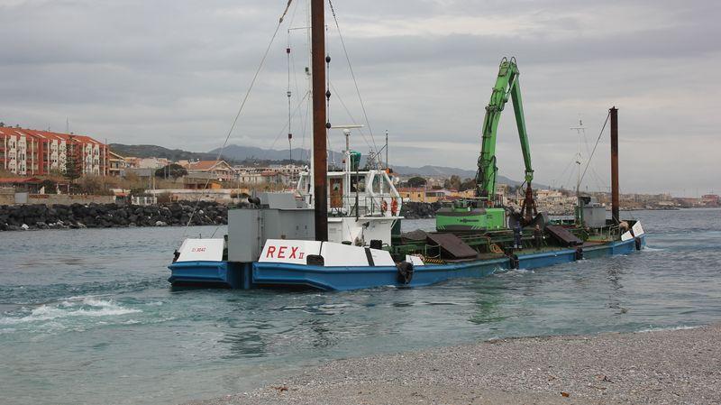 I lavori di dragaggio nel porto di Tremestieri