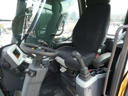 L'interno cabina della 9MWR Mecalac